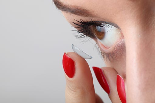putting in contact lens